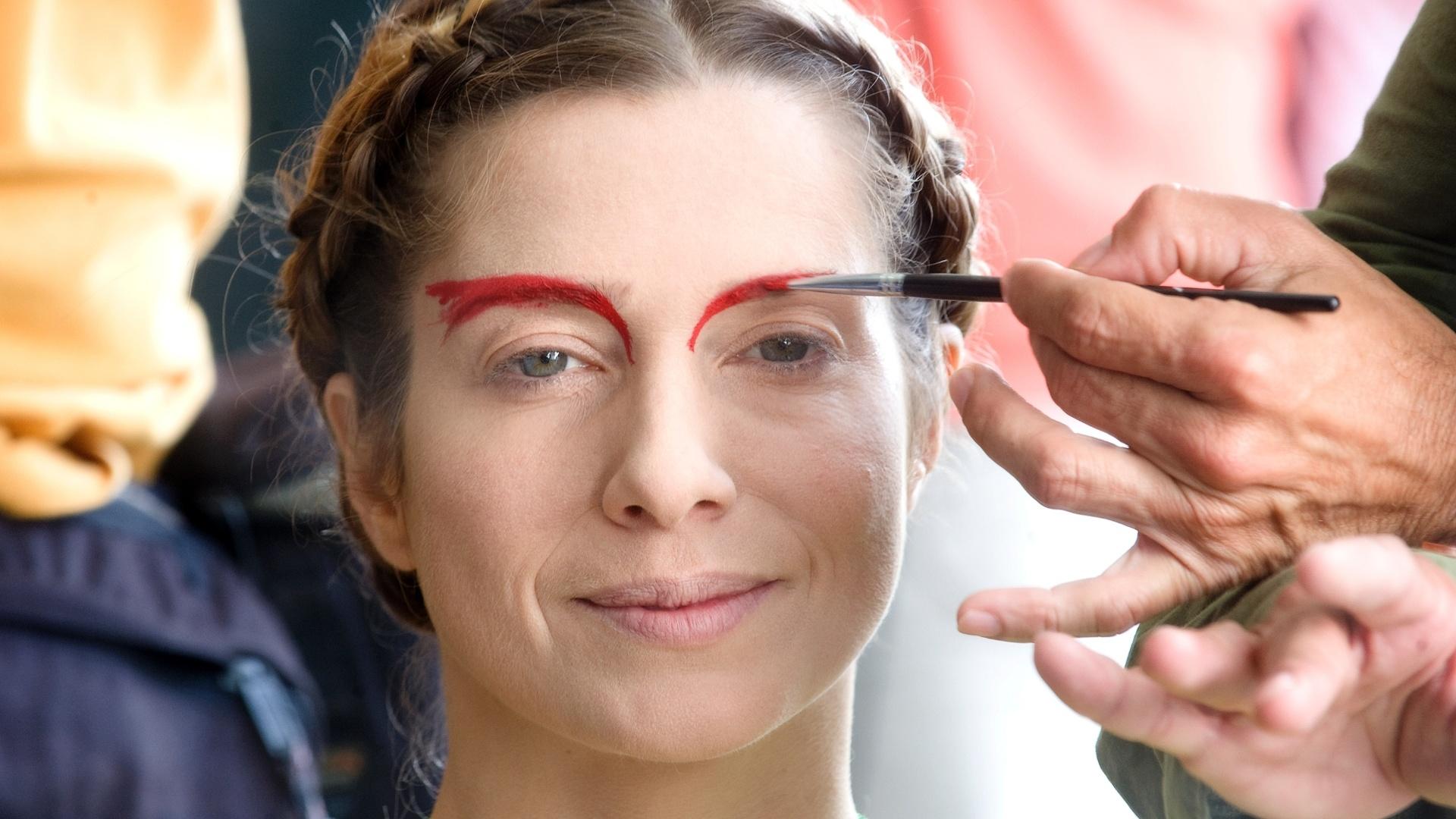 26.mai.2013 - A atriz Letícia Spiller é maquiada para interpretar a drag queen Rochanna nas últimas filmagens do longa