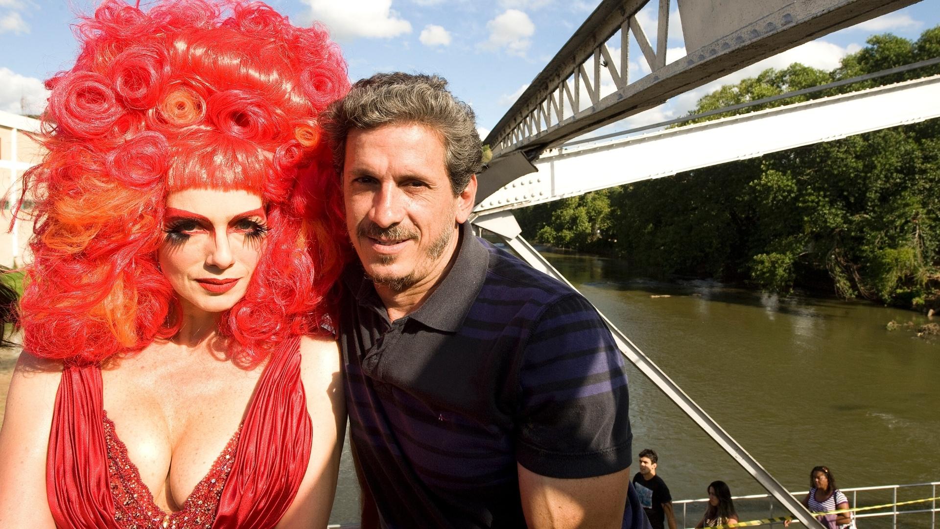 26.mai.2013 - Caracterizada como a drag queen Rochanna, a atriz Letícia Spiller posa com o diretor Paulo Vespúcio antes de filmar as cenas finais de