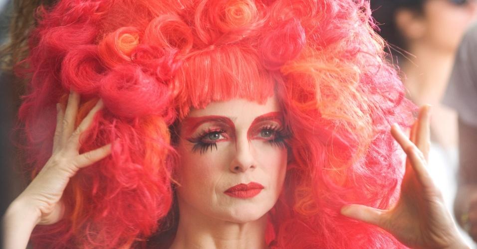 """26.mai.2013 - Já caracterizada como a drag queen Rochanna do filme """"O Casamento de Gorete"""", a atriz Letícia Spiller ajeita a peruca antes de começar o último dia de filmagens em Barra do Piaraí, interior do Rio de Janeiro"""