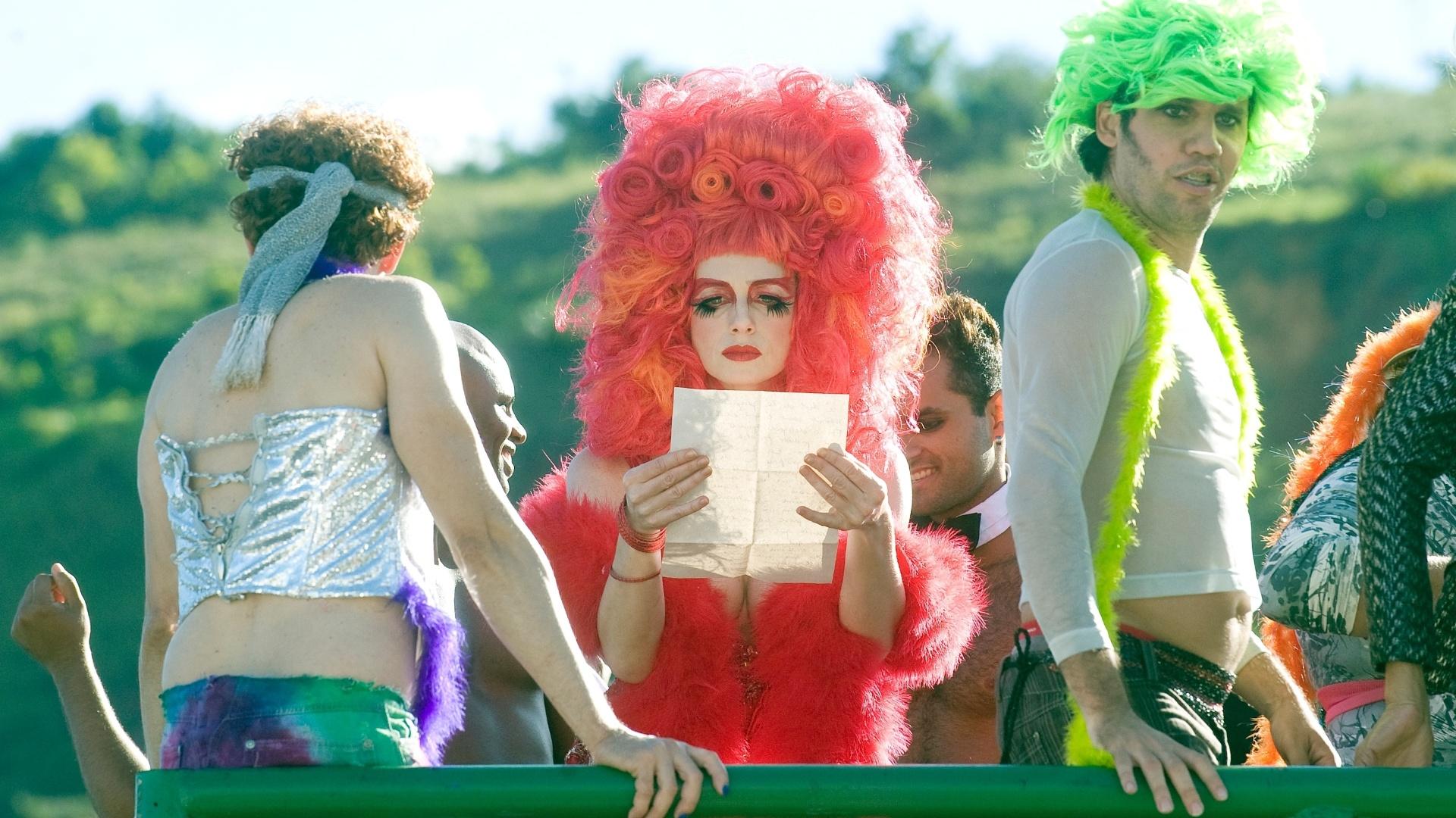 26.mai.2013 - No alto de um carro alegórico, a atriz Letícia Spiller (centro) grava cenas de