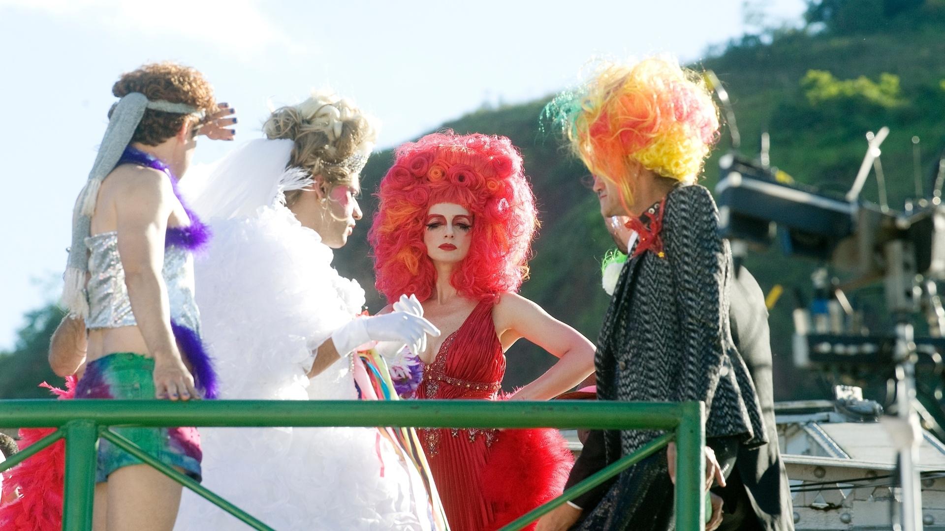 26.mai.2013 - No alto de um carro alegórico, a atriz Letícia Spiller grava cenas de