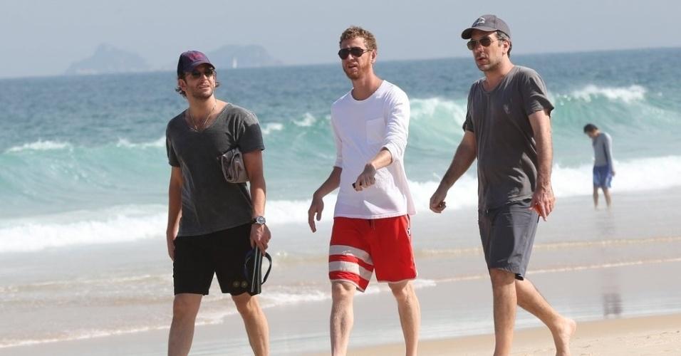 """28.ma.2013 - O diretor Todd Phillips (de camisa cinza) e o ator Bradley Cooper curtiram praia em Ipanema. zona sul do Rio. Eles estão no Brasil para divulgar o filme """"Se Beber, Não Case Parte 3"""", que estreia dia 30 de maio"""