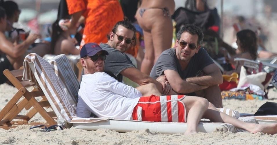 """28.ma.2013 - O diretor Todd Phillips (de camisa cinza) e o ator Bradley Cooper curtiram praia em Ipanema, na zona sul do Rio. Eles estão no Brasil para divulgar o filme """"Se Beber, Não Case Parte 3"""", no Rio de Janeiro"""