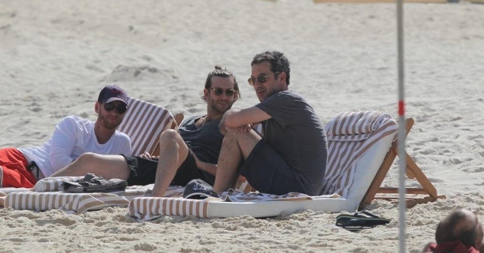 """28.ma.2013 - O diretor Todd Phillips e o ator Bradley Cooper curtiram praia em Ipanema. zona sul do Rio. Eles estão no Brasil para divulgar o filme """"Se Beber, Não Case Parte 3"""""""