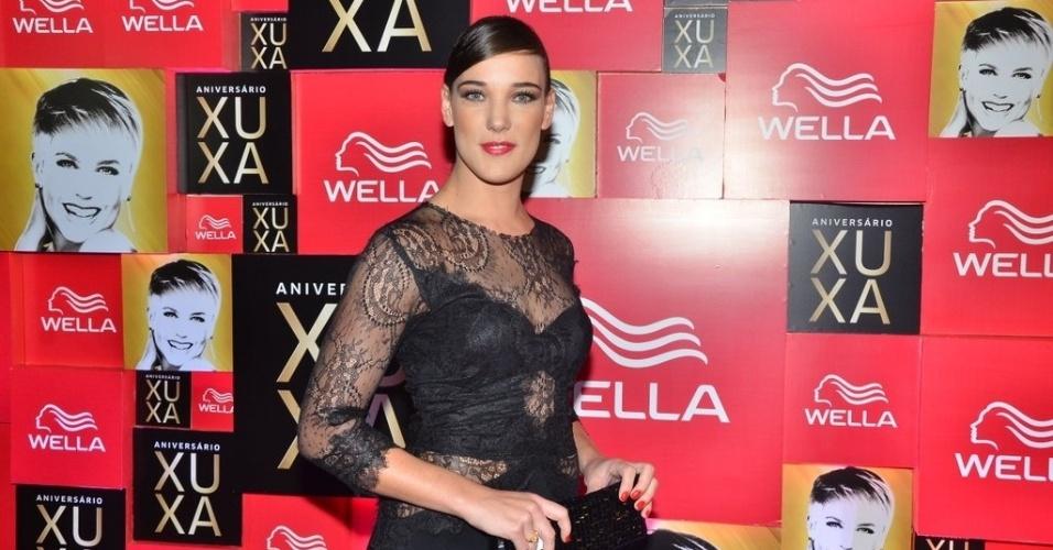 28.mai.201- Adriana Birolli apostou em um vestido preto de renda na festa de 50 anos de Xuxa, em São Paulo. A atriz era uma das mais elegantes do evento.