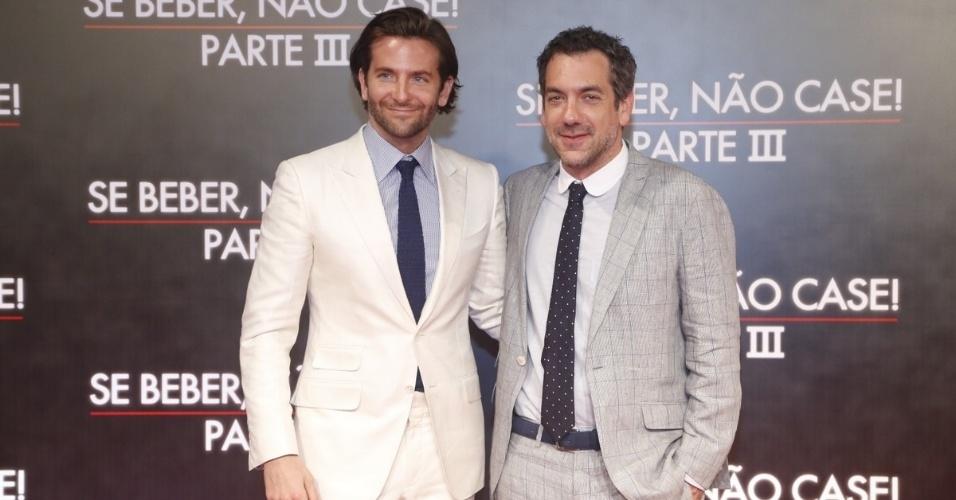 """28.mai.2013 - Ao lado do diretor Todd Phillips, Bradley Cooper posa do tapete vermelho da pré-estreia da terceira parte de """"Se Beber, não Case"""", no Cine Odeon, no Rio"""