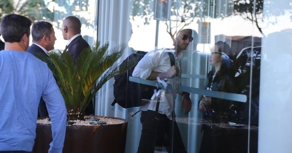 """28.mai.2013 - Bradley Cooper chega ao hotel Fasano em Ipanema, no Rio de Janeiro. O ator veio ao Brasil divulgar o filme """"Se Beber, Não Case Parte 3"""", que estreia dia 30 de maio"""