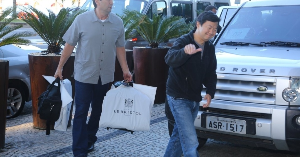"""28.mai.2013 - Ken Jeong chega ao hotel Fasano em Ipanema, no Rio de Janeiro. O ator veio ao Brasil divulgar o filme """"Se Beber, Não Case Parte 3"""", que estreia dia 30 de maio"""