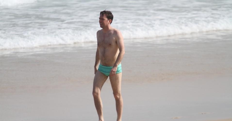 """28.mai.2013 - O ator Ed Helms curtiu praia em Ipanema. zona sul do Rio. Ele está no Brasil para divulgar o filme """"Se Beber, Não Case Parte 3"""""""