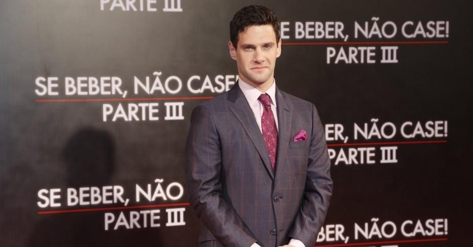 """28.mai.2013 - O ator Justin Bartha, o Doug de """"Se Beber, não Case"""", posa do tapete vermelho da pré-estreia da terceira parte do filme, realizada no Cine Odeon, no Rio"""
