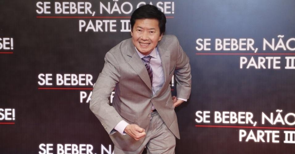 """28.mai.2013 - O ator Ken Jeong, o Mr. Chow de """"Se Beber, não Case"""", posa do tapete vermelho da pré-estreia da terceira parte do filme, realizada no Cine Odeon, no Rio"""