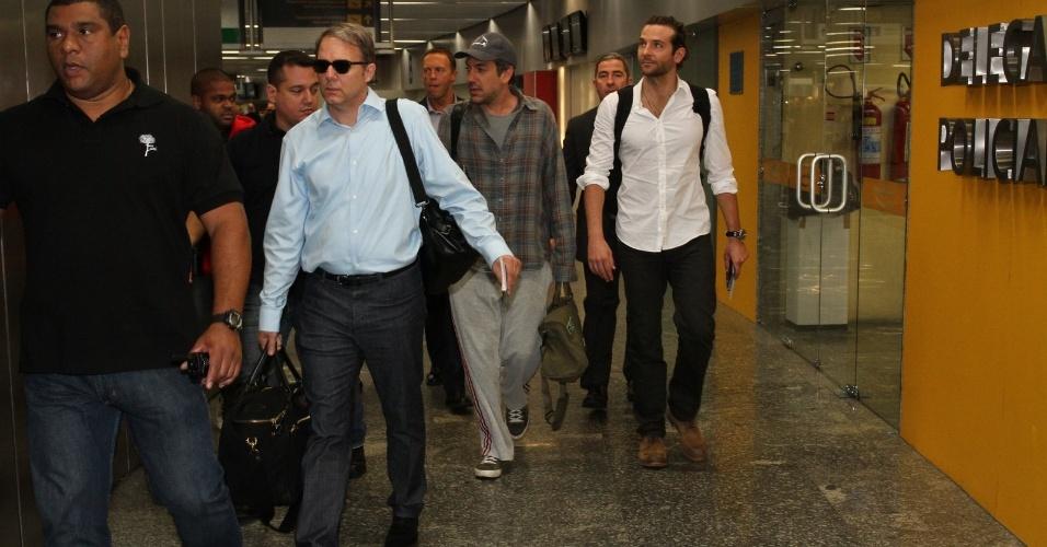 """28.mai.2013 - O diretor Todd Phillips e o ator Bradley Cooper desembarcam no aeroporto internacional do Rio de Janeiro. Eles estão no Brasil para divulgar o filme """"Se Beber, Não Case Parte 3"""", que estreia dia 30 de maio"""