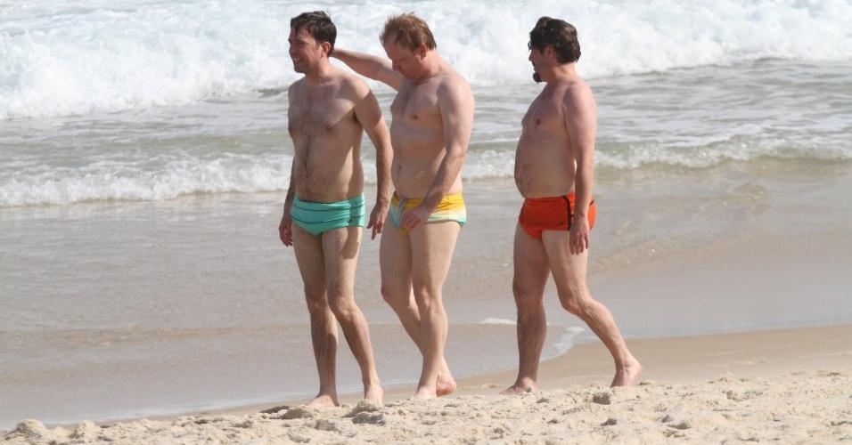 """28.mai.2013 - Os atores Ed Helms (de sunga verde) e Zach Galifianakis (de sunga vermelha) curtiram a praia de Ipanema. zona sul do Rio. Eles estão no Brasil para divulgar o filme """"Se Beber, Não Case Parte 3"""""""