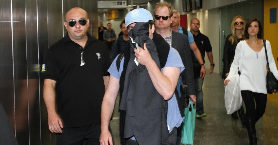 """28.mai.2013 - Zach Galifianakis esconde o rosto ao desembarcar no aeroporto internacional do Rio de Janeiro. Eles estão no Brasil para divulgar o filme """"Se Beber, Não Case Parte 3"""", que estreia dia 30 de maio"""