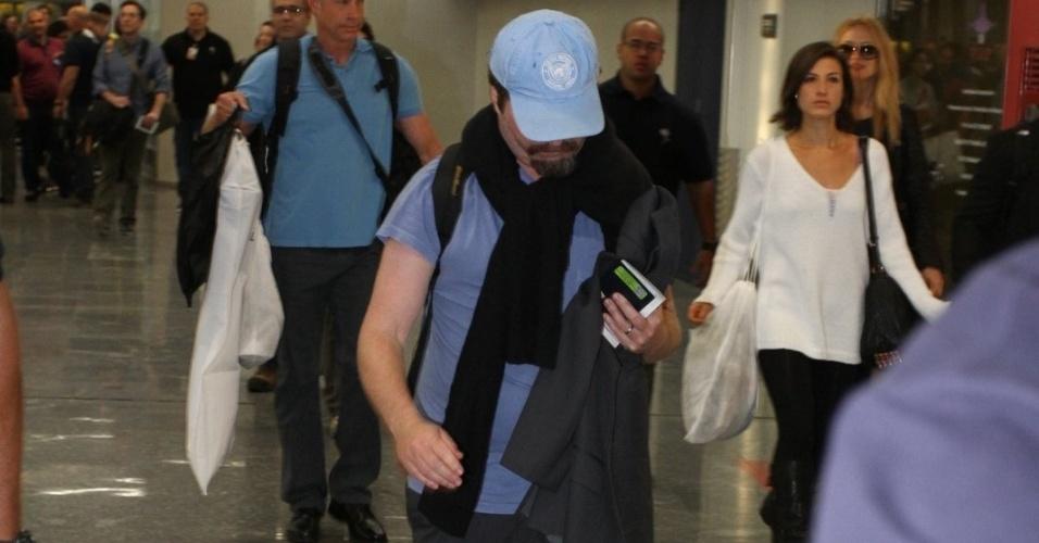 """28.mai.2013 - Zach Galifianakis esconde o rosto ao desembarcar no aeroporto internacional do Rio de Janeiro. O ator veio ao Brasil divulgar o filme """"Se Beber, Não Case Parte 3"""", que estreia dia 30 de maio"""