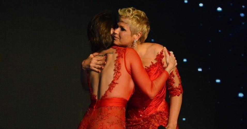 28.mai.2013- Xuxa abraça Deborah Secco na festa de 50 anos da apresentadora, em São Paulo