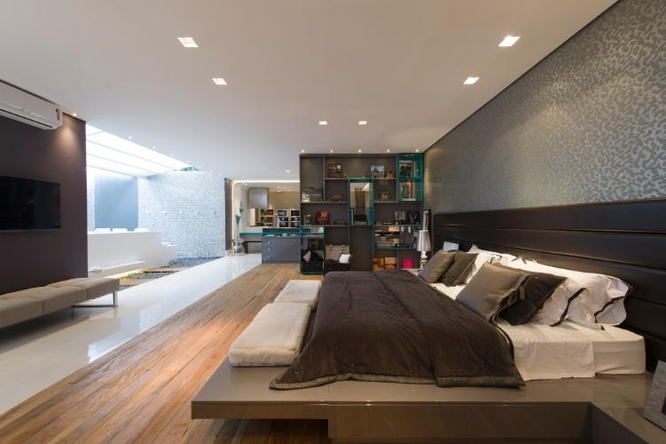 A Casa Inteligente, de 300 m², criada por Jóia Bergamo. No projeto autossustentável, os ambientes são amplos e integrados. Em destaque, o quarto com uma estante em módulos que oferece certa privacidade ao cômodo. A 27ª Casa Cor SP segue até dia 21 de julho de 2013, no Jockey Club de São Paulo