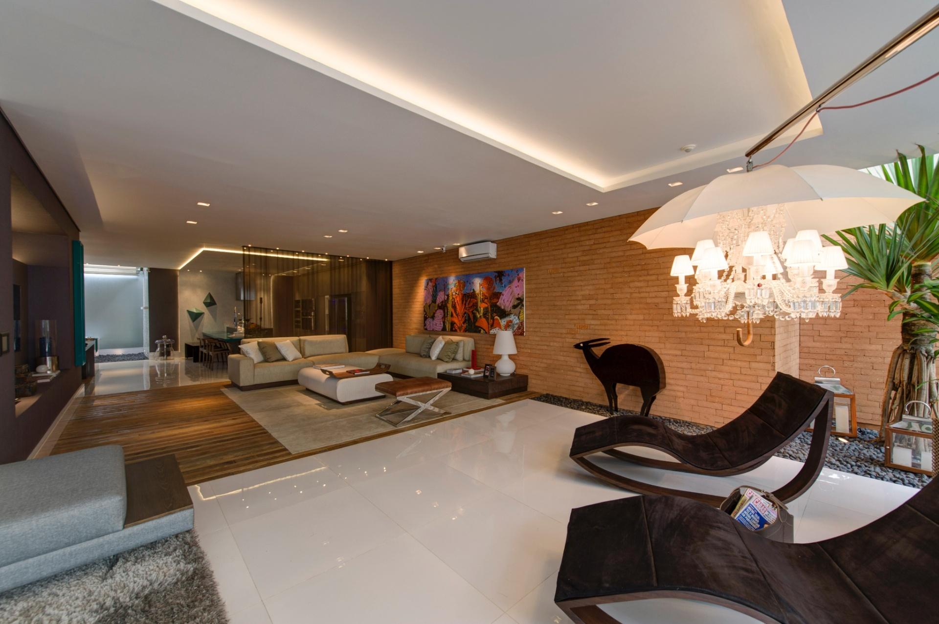 A Casa Inteligente, de 300 m², criada por Jóia Bergamo. No projeto autossustentável, os ambientes são amplos e integrados. Na parede principal do living destaque para o revestimento em tijolinhos cerâmicos (Lepri). A 27ª Casa Cor SP segue até dia 21 de julho de 2013, no Jockey Club de São Paulo