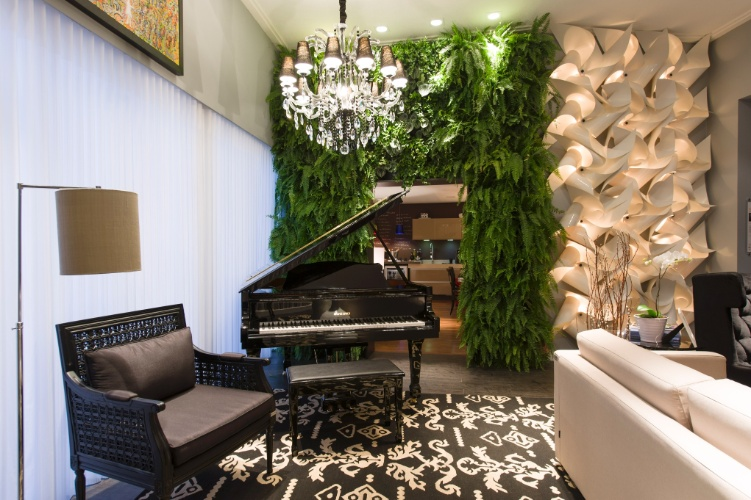As arquitetas e designers de interiores Sara Palamoni e Meire Lemes projetaram o Living Jazz e Terraço da Jabuticabeira. A 27ª Casa Cor SP segue até dia 21 de julho de 2013, no Jockey Club de São Paulo