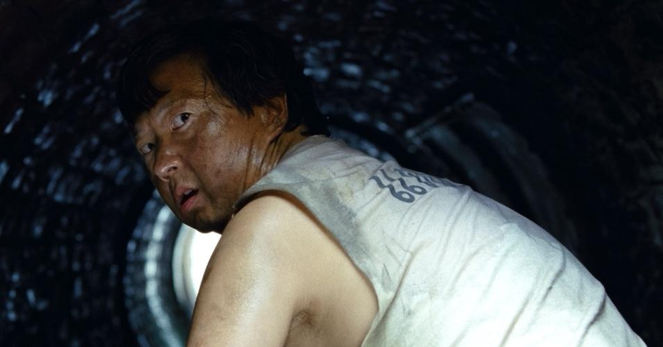 Ele exige que o bando encontre Mr. Chow (Ken Jeong), que roubou US$ 42 milhões em barras de ouro, como resgate para o amigo sequestrado