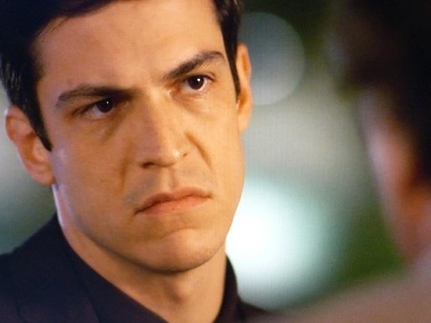 """Em """"Amor à Vida"""", Atílio ameaça entregar Félix para César, se ele não parar de roubar o hospital"""