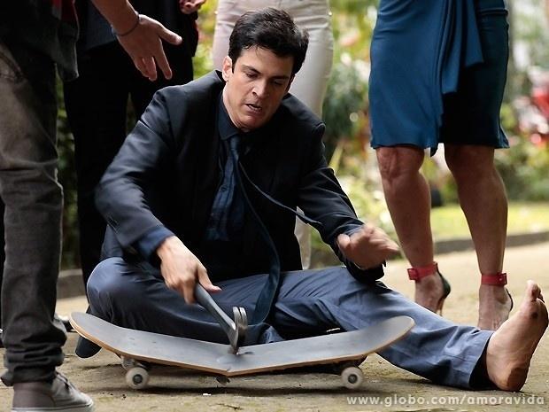 """Em """"Amor à Vida"""", Félix quebra skate do filho com martelo"""