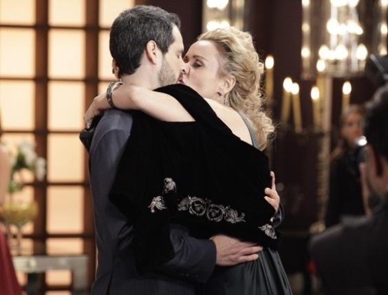 """Em """"Sangue Bom"""", Bárbara Ellen anuncia casamento com Natan"""