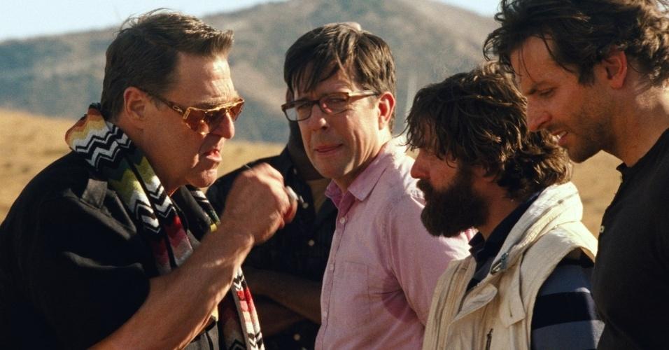 Mas as coisas começam a dar errado após um mafioso, interpretado por John Goodman sequestrar Doug (Justin Bartha)