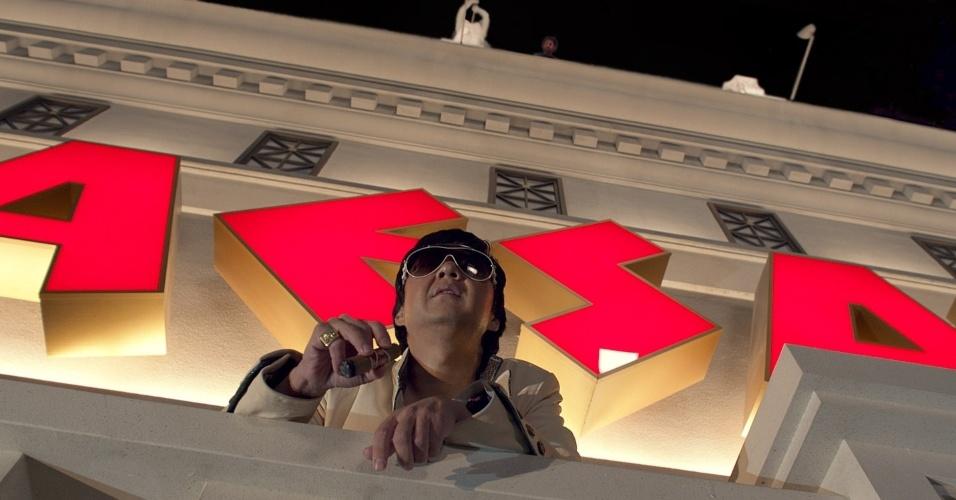 Mr. Chow (Ken Jeong) aparece na sacada de um hotel em Las Vegas