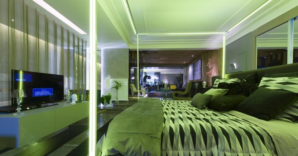 O arquiteto Léo Shehtman projetou o Loft One. Para quebrar com a monocromia cinzenta, o dossel sobre a cama tem iluminação inusitada. A 27ª Casa Cor SP segue até dia 21 de julho de 2013, no Jockey Club de São Paulo