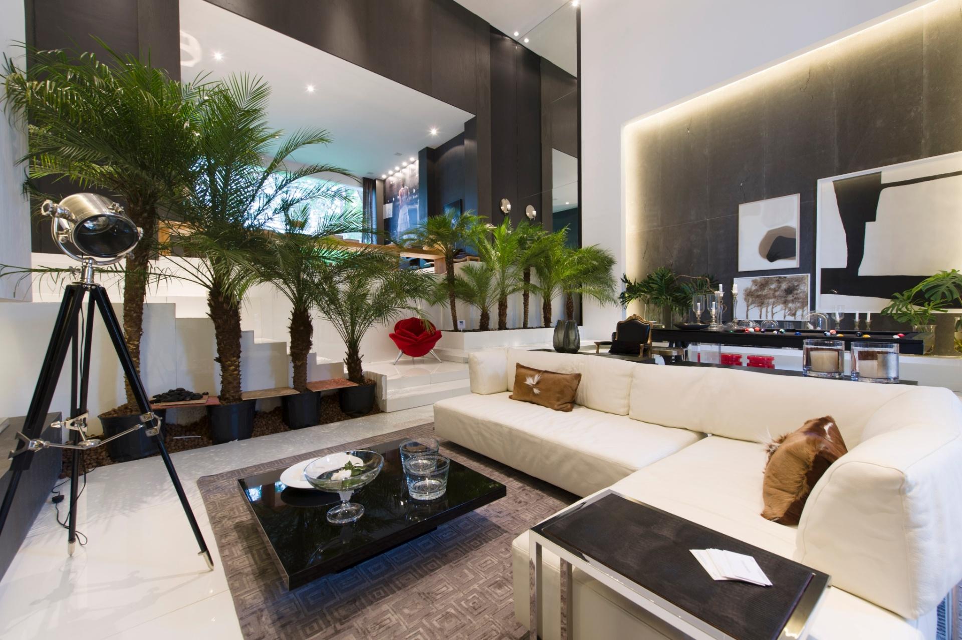 O Espaço para um Homem Moderno é de autoria da arquiteta Ana Maria Vieira Santos. O ambiente de estar fica disposto sob o pé direito generoso com dez metros de altura. A 27ª Casa Cor SP segue até dia 21 de julho de 2013, no Jockey Club de São Paulo