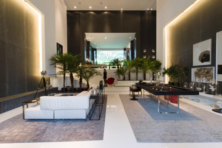 O Espaço para um Homem Moderno é de autoria da arquiteta Ana Maria Vieira Santos. No estar, a mesa de sinuca sob o pé direito generoso com dez metros de altura. A 27ª Casa Cor SP segue até dia 21 de julho de 2013, no Jockey Club de São Paulo