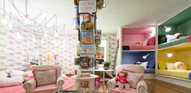 """A arquiteta Camila Rosa projetou uma """"estante"""" vertical para os livros infantis.  Espaço da Casa Cor SP 2013 - Katia Kuwabara/ UOL"""