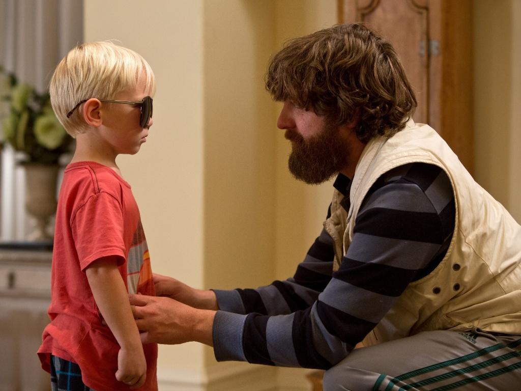 Tyler (o bebê do primeiro filme), interpretado pelo ator Grant Holmquist, em cena com Alan (Zach Galifianakis)