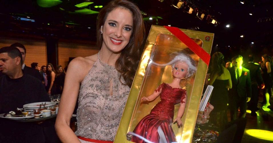 28.mai.2013- Ticiane Pinheiro com a boneca de Xuxa feita especialmente para a ocasião arrematada por R$ 60 mil