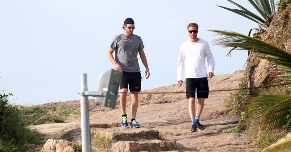 29.mai.2013 - Ao lado de um amigo, o ator Bradley Cooper passeia na pedra do Arpoador, na zona sul do Rio