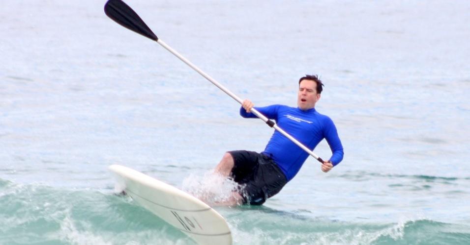 29.mai.2013 - O ator Ed Helms pratica stand up paddle na praia de Ipanema, no Rio de Janeiro