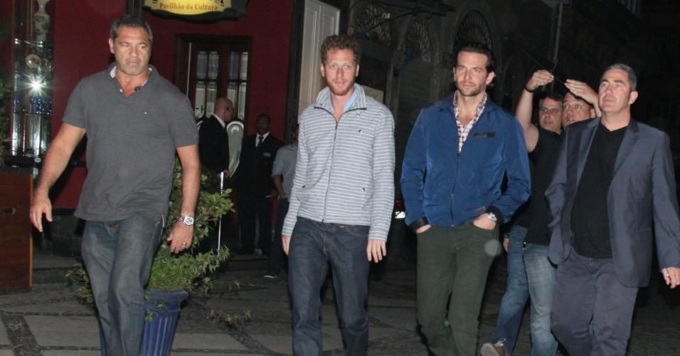 """29.mai.2013 - O elenco de """"Se Beber Não Case, Parte 3"""" vai a restaurante na Lapa, no Rio de Janeiro. Os atores da comédia estão no Brasil para promover o filme, que estreia quinta (30)"""