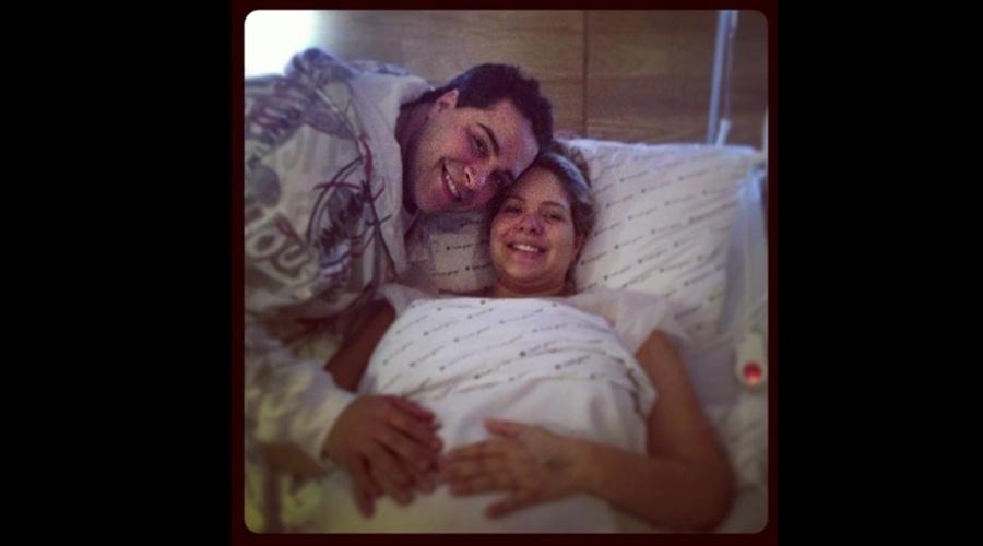 29.mai.2013 - Tiago Abravanel divulgou uma imagem onde aparece ao lado da irmã, Ligia, em um quarto de hospital. Ligia está internada para dar à luz Miguel.