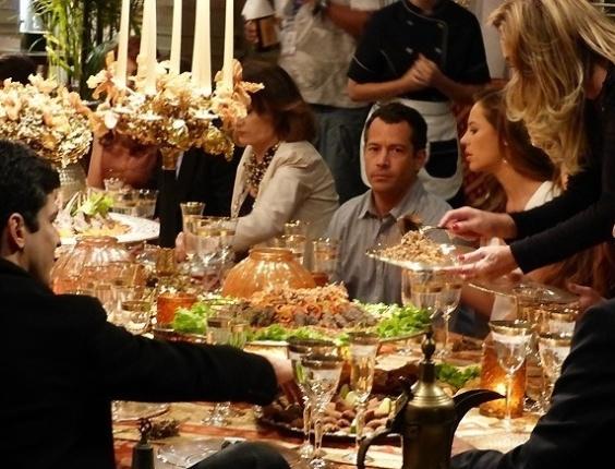 """Em """"Amor à Vida"""", Bruno fica constrangido em jantar com família de Paloma"""