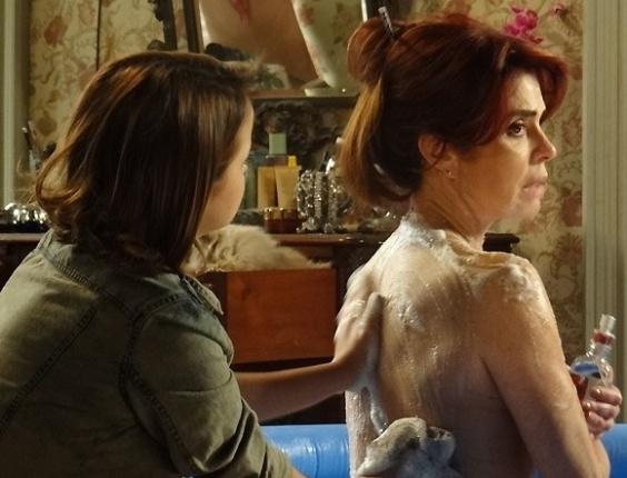 """Em """"Amor à Vida"""", Gina é obrigada a tomar banho de caneca"""