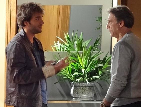 """Em """"Sangue Bom"""", Fabinho tenta falar mal de Bento para Plínio"""