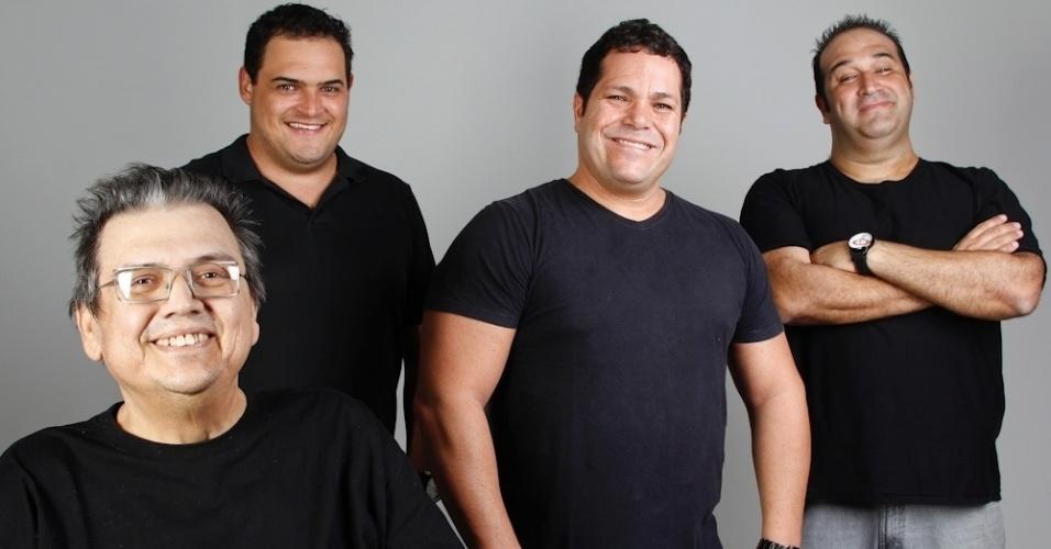 """Márcio Ribeiro (esq) com os atores Matheus Ceará, Ênio Vivona e Renato Tortorelli, com quem contracenava na peça """"Comédia Popular Brasileira"""", em cartaz em São Paulo"""