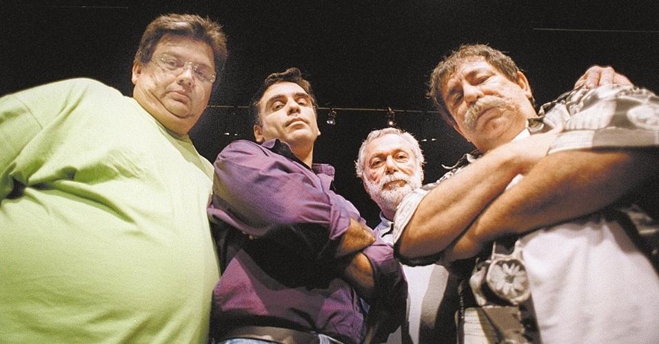 """Marcio Ribeiro (esq) fez parte da novela """"Acampamento Legal"""", da Record, em 2001. Ele fazia o papel de Tatá. Na foto, com o ator Luiz Carlos Bahia e os roteiristas Edison Braga e Marcio Tavorali3"""