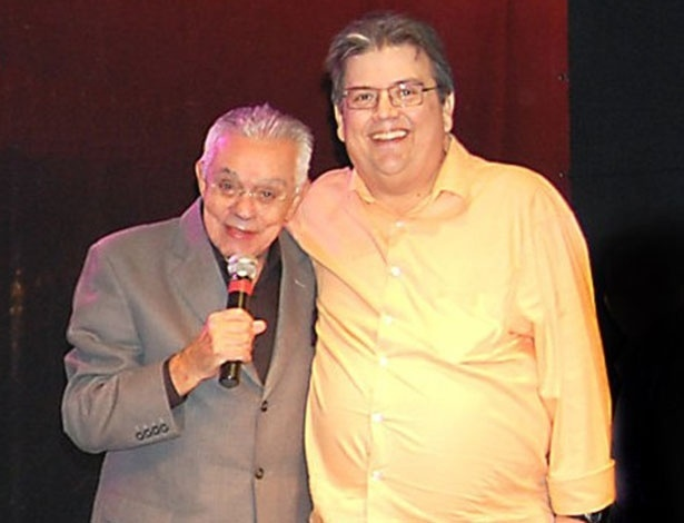 Márcio Ribeiro posa com o humorista Chico Anysio, falecido em 2012, após show