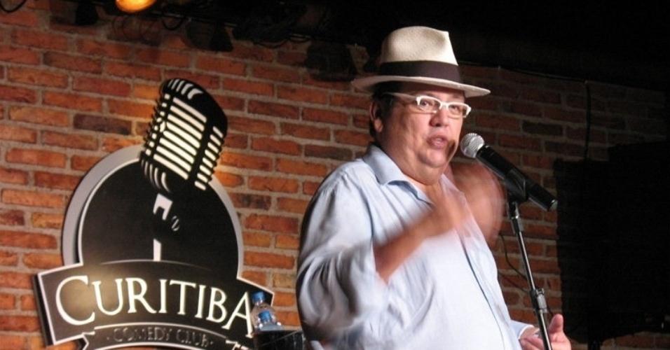 Márcio Ribeiro se apresenta em 2011 no Curitiba Comedy Club, uma das primeiras casas de comédia do Brasil