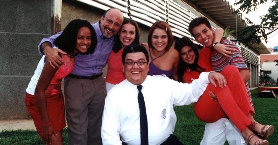"""Márcxio Ribeiro com o elenco da série """"Sandy e Júnior"""", da qual participou em 2001"""
