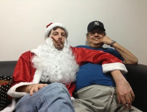 Vestido de Papai Noel, Danilo Gentili visita Márcio Ribeiro no camarim do Comedians em foto de dezembro