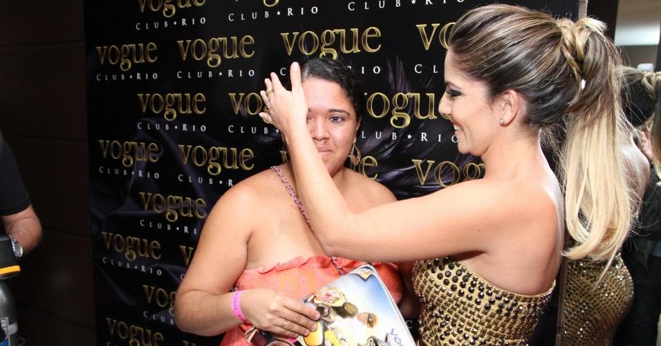 29.mai.2013 - Anamara recebe fã com seu nome tatuado no lançamento da revista Sexy com seu ensaio nu em boate na Barra da Tijuca, Rio de Janeiro
