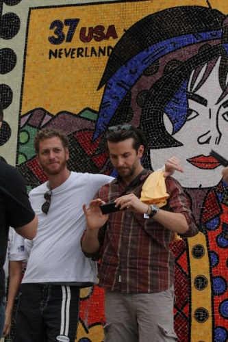 30.mai.2013 - Ator Bradley  Cooper visita o Morro Dona Marta, no Rio de Janeiro e leva sua câmera fotográfica para tirar foto das paisagens